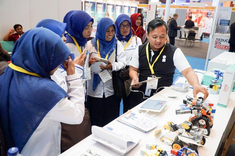 Para guru menyaksikan praktik penggunaan teknologi dalam pembelajaran di pameran dan konferensi pendidikan GESS 2018 yang berlangsung di Jakarta Convention Center (JCC) 2018, 25-28 September 2018.