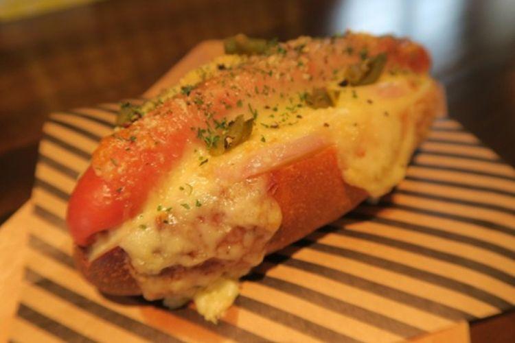 Cheese Dog beserta acar, minestrone, minuman