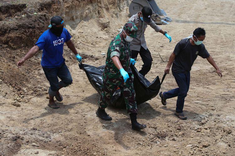 Jenasah korban gempa bumi Palu dimakamkan secara massal di TPU Poboya, Palu, Sulawesi Tengah, Senin (1/10/2018). Gempa bumi dan tsunami di Palu dan Donggala, Sulawesi Tengah mengakibatkan 832 orang meninggal.