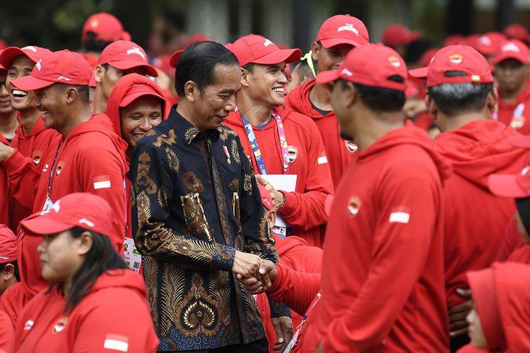 Presiden Joko Widodo (tengah) menyapa atlet-atlet Para Games usai upacara pelepasan kontingen Indonesia untuk Para Games ke-3 Tahun 2018 di halaman belakang Istana Merdeka, Jakarta, Selasa (2/10/2018). Presiden melepas 296 atlet dari 18 cabang olahraga yang akan berlaga dalam Asian Para Games ke-3 Tahun 2018 pada 6-13 Oktober mendatang.