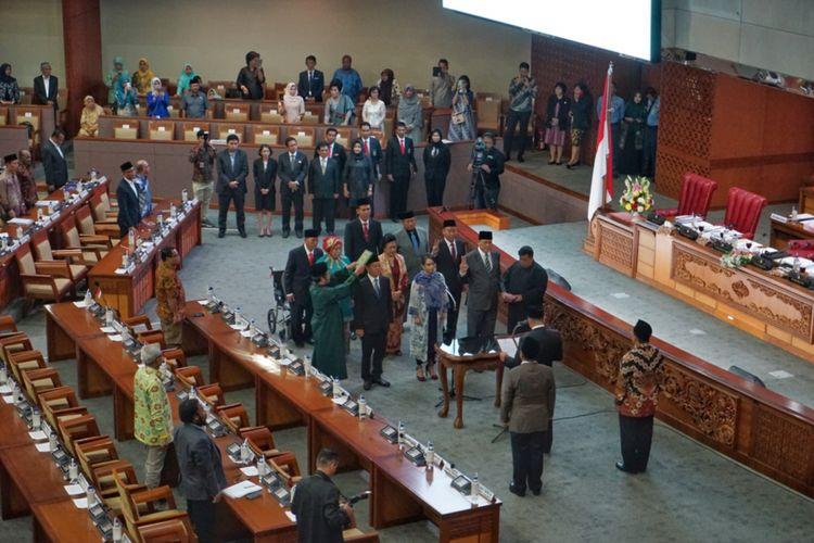 Sembilan anggota DPR hasil pergantian antarwaktu (PAW) dilantik pada Sidang Paripurna Masa Sidang I Tahun 2018-2019 di Kompleks Parlemen, Senayan, Jakarta, Selasa (2/10/2018). Pengucapan sumpah jabatan dipandu oleh Ketua DPR Bambang Soesatyo.