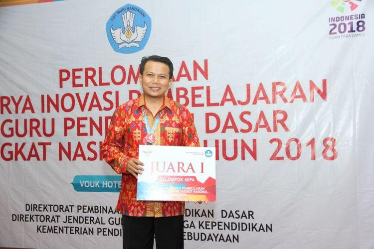 Edi Ahram, guru SD Negeri Lalowata, memenangkan lomba inovasi pembelajaran (Inobel) yang diselenggarakan Direktorat Jenderal Guru dan Tenaga Kependidikan (Ditjen GTK) Kementerian Pendidikan dan Kebudayaan (Kemendikbud) pada 17 - 21 September 2018 di Bali.