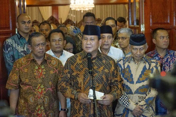 Calon presiden Prabowo Subianto saat memberikan keterangan pers terkait dugaan penganiayaan yang dialami Ratna Sarumpaet, di kediaman pribadinya, Selasa (2/10/2018) malam.