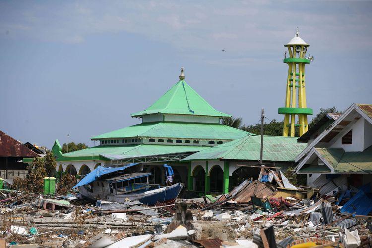 Kerusakan akibat gempa dan tsunami di Pelabuhan Wani 2, Kecamatan Tanatopea, Kabupaten Donggala, Sulawesi Tengah, Selasa (2/10/2018). Gempa yang terjadi di Palu dan Donggala mengakibatkan 925 orang meninggal dunia dan 65.733 bangunan rusak.