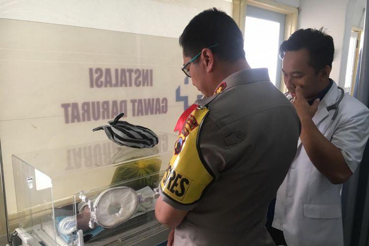 Kapolres Magelang Kota AKBP Kristanto Yoga Darmawan menenjuk bayi yang diduga dibuang ibunya dari lantai 3 gedung di kawasan Alun-alun Kota Magelang, Selasa (2/10/2018)