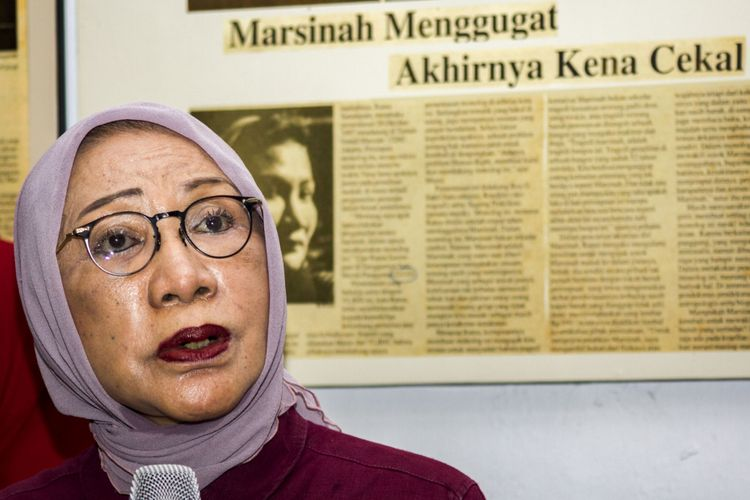 Anggota Badan Pemenangan Nasional (BPN) Prabowo-Sandiaga, Ratna Sarumpaet memberikan klarifikasi terkait pemberitaan penganiyaan terhadap dirinya di Kediaman Ratna Sarumpaet, Kawasan Bukit Duri, Jakarta, Rabu (3/10/2018). Dalam konfrensi pers tersebut Ratna Sarumpaet mengaku telah merekayasa kabar terjadi penganiyaan terhadap dirinya pada 21 September 2018 di Bandung,  namun sesungguhnya dirinya menemui dokter ahli bedah plastik di Jakarta untuk menyedot lemak di pipi sehingga menimbulkan muka lebam. ANTARA FOTO/Galih Pradipta/ama/18