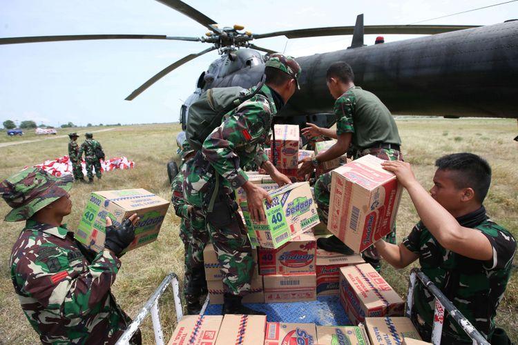 Anggota TNI memuat logistik untuk disalurkan ke daerah bencana gempa menggunakan helikopter Mi-17 V-5  Skadron 31/Serbu Pusat Penerbangan Angkatan Darat Semarang melalui Bandar Udara Mutiara SIS Al-Jufri, Palu, Sulawesi Tengah, Kamis (4/10/2018). Pengiriman bantuan logistik melalui jalur udara untuk mempermudah mencapai daerah yang masih terisolir melalui jalur darat.