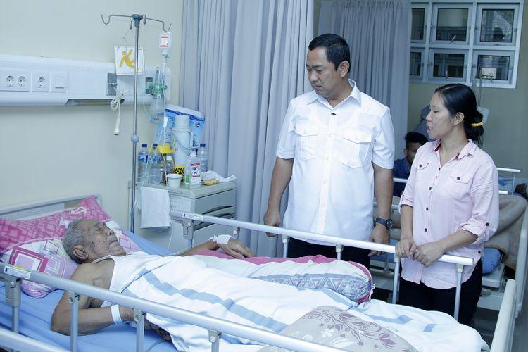 Wali Kota Semarang Hendrar Prihadi menjenguk pasien yang menggunakan program Universal Health Coverage (UHC) di RSUD KRMT Wongsonegoro Kota Semarang.