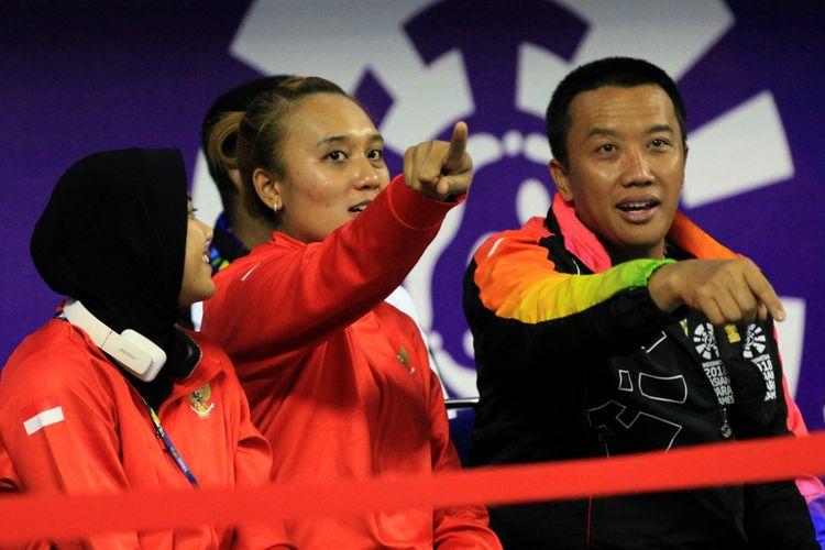 Menteri Pemuda dan OlahRaga RI Imam Nahrawi ditemani tim voli duduk putri Indonesia hadir menonton pertandingan tim voli duduk putra Indonesia melawan tim voli duduk putra Myamar yang berlangsung di Tenis Indor, Gelora Bung Karno, Minggu 7 Oktober 2018.