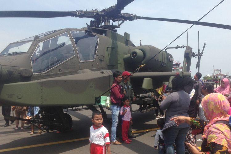 Pengunjung memadati alutsiswa milik TNI yang dipamerkan dalam rangka HUT TNI ke 73 di Eks Bandara Ahmad Yani Semarang.