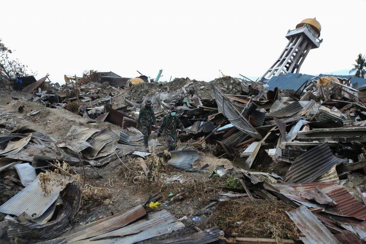 Anggota TNI melakukan pencarian korban hilang akibat gempa bumi di Perumnas Balaroa, Palu, Sulawesi Tengah, Sabtu (6/10/2018). Gempa bumi Palu dan Donggala bermagnitudo 7,4 mengakibatkan sedikitnya 925 orang meninggal dunia dan 65.733 bangunan rusak.