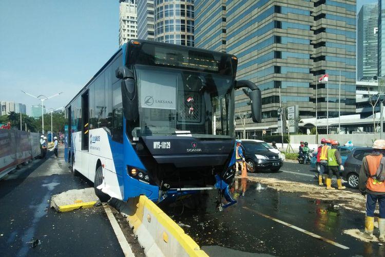 Armada Transjakarta Koridor 1 Blok M-Kota menabrak separator di Jalan Jenderal Sudirman ke arah Bundaran Senayan, Selasa (9/10/2018) siang.