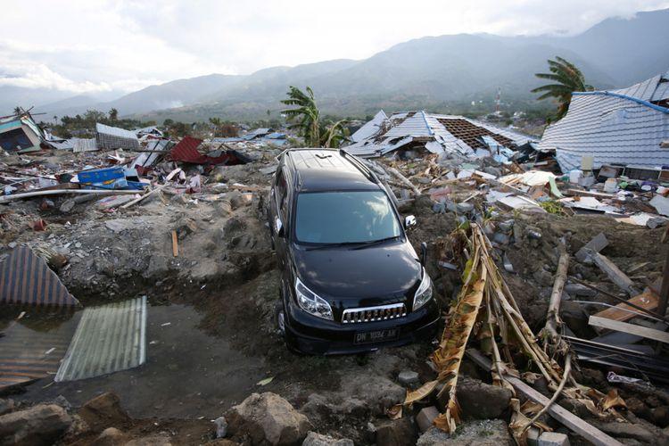 Perumnas Balaroa, Palu, Sulawesi Tengah, luluh lantak akibat gempa bumi terlihat, Sabtu (6/10/2018). Gempa bumi Palu dan Donggala bermagnitudo 7,4 mengakibatkan sedikitnya 925 orang meninggal dunia dan 65.733 bangunan rusak.