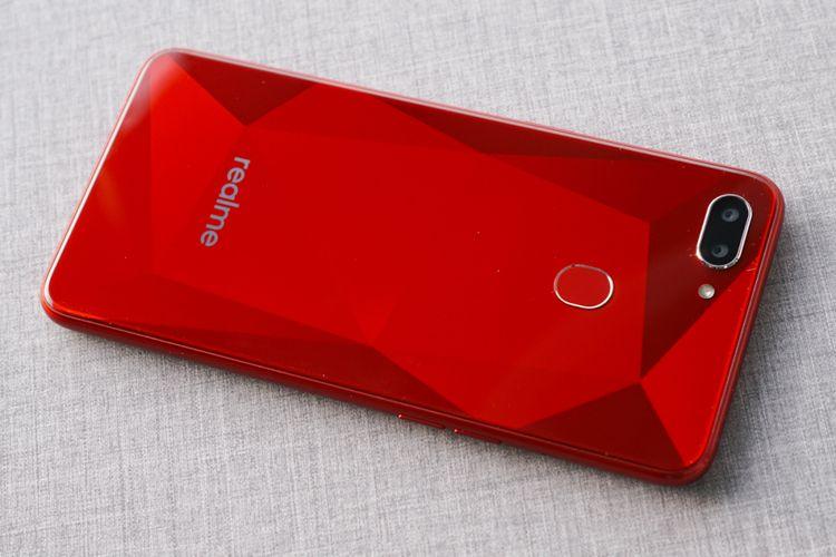 Punggung Realme 2 varian warna merah yang diterima KompasTekno berhias motif diamond yang sebelumnya ditemukan di ponsel Oppo seri F. Ada juga sebuah pemindak sidik jari.