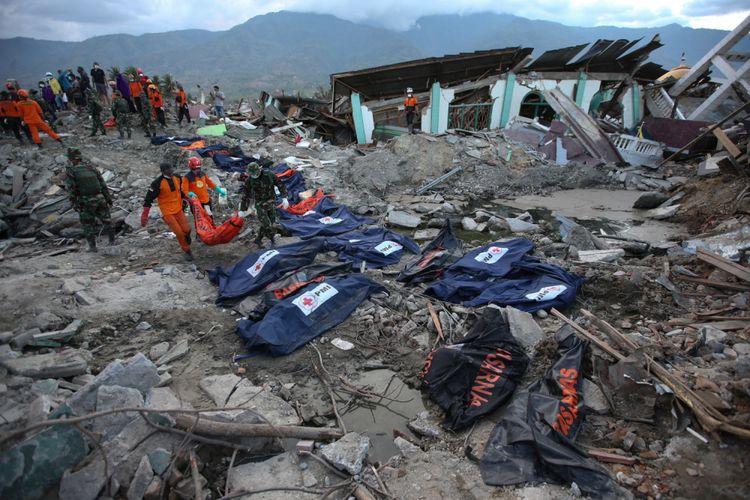Jenasah korban gempa bumi ditemukan di Perumnas Balaroa, Palu, Sulawesi Tengah, Sabtu (6/10/2018). Gempa bumi Palu dan Donggala bermagnitudo 7,4 mengakibatkan sedikitnya 925 orang meninggal dunia dan 65.733 bangunan rusak.(KOMPAS.COM/KRISTIANTO PURNOMO)