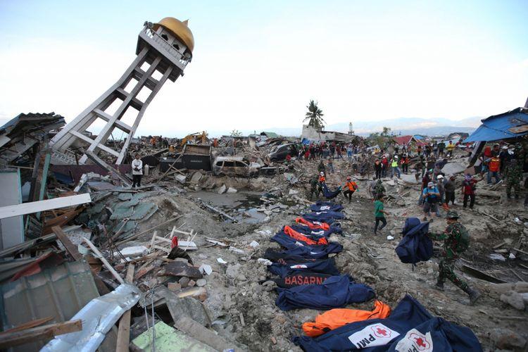 Jenasah korban gempa bumi ditemukan di Perumnas Balaroa, Palu, Sulawesi Tengah, Sabtu (6/10/2018). Gempa bumi Palu dan Donggala bermagnitudo 7,4 mengakibatkan sedikitnya 925 orang meninggal dunia dan 65.733 bangunan rusak.