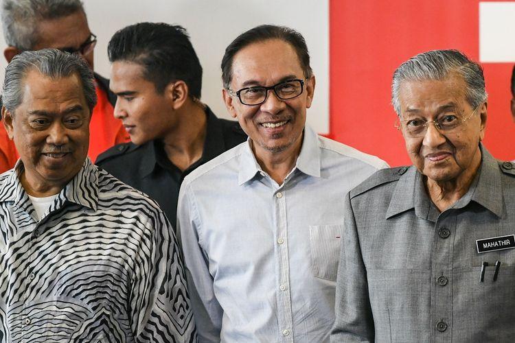 Perdana Menteri Malaysia Mahathir Mohamad (kanan) bersama tokoh politik Anwar Ibrahim (tengah) dan Menteri Dalam Negeri Muhyiddin Yassin pada 1 Juni 2018.
