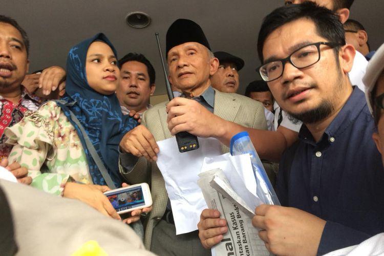 Ketua Dewan Kehormatan Partai Amanat Nasional Amien Rais usai diperiksa di Polda Metro Jaya, Jakarta, Rabu (10/10/2018)