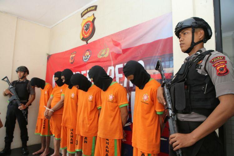 Enam orang pelaku pembunuhan berencana terhadap seorang santri dihadirkan di Mapolres Bogor, Jumat (12/10/2018).