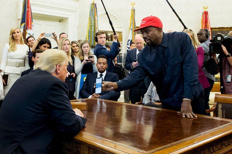 Presiden AS Donald Trump (kiri) bertemu dengan Kanye West (kanan)
