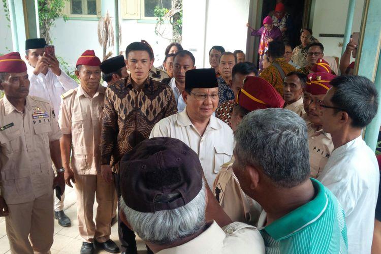 Capres nomor urut 02 Prabowo Subianto menyalami para pendukungnya yang telah menunggu di Pura Mangkunegaran Solo, Jawa Tengah, Sabtu (13/10/2018).