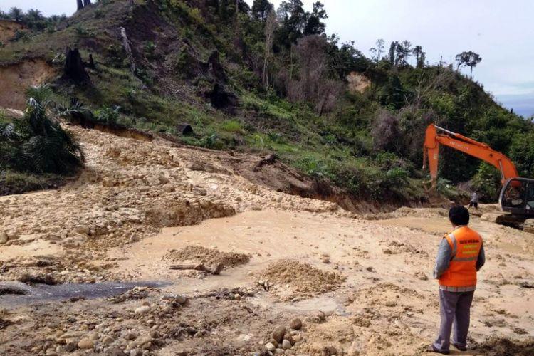 Petugas mengawasi pembersihan longsor yang menutup badan jalan di Desa Situbuh-tubuh, Kecamatan Danau Paris, Kabupaten Aceh Singkil, Sabtu (13/10/2018)