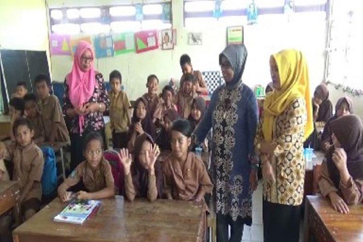Pemkab Polman memberikan fasilitas pendidikan dan seragam gratis bagi siswa korban bencana di Sulawesi Tengah.