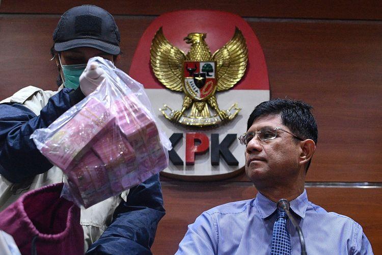 Wakil Ketua KPK Laode M Syarif (kanan) dan penyidik menunjukkan barang bukti hasil operasi tangkap tangan (OTT) KPK di kantor KPK, Jakarta, Senin (15/10/2018). KPK menetapkan 9 orang tersangka yang diduga terkait kasus perizinan proyek pembanguan Meikarta di Kabupaten Bekasi yang salah satunya Bupati Bekasi, Neneng Hasanah Yasin dengan barang bukti uang 90 ribu dolar Singapura dan Rp513 juta dengan total komitmen Rp 13 miliar.
