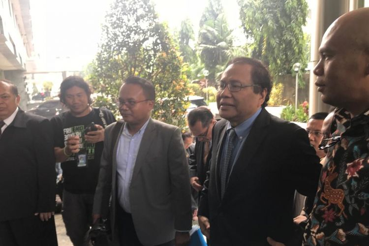 Ekonom Rizal Ramli menyambangi Badan Reserse Kriminal (Bareskrim) Mabes Polri, Jakarta Pusat, dengan didampingi puluhan advokat, pada Selasa (16/10/2018). (KOMPAS.com/Devina Halim)