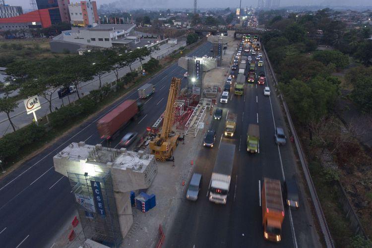 Foto aerial pembangunan konstruksi Jalan Tol Layang Jakarta-Cikampek di Cikarang, Bekasi, Jawa Barat, Selasa (16/10/2018)