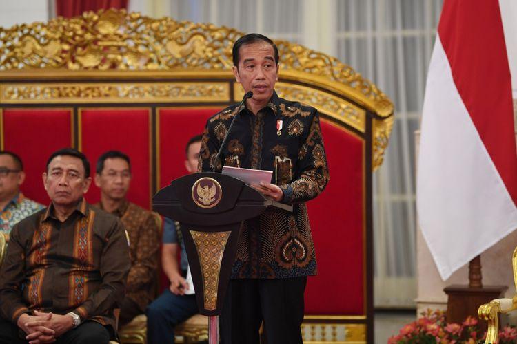 Presiden Joko Widodo menyampaikan paparan pendahuluan ketika memimpin sidang kabinet paripurna di Istana Negara, Jakarta, Selasa (16/10/2018). Sidang kabinet paripurna tersebut membahas evaluasi penanganan bencana alam. ANTARA FOTO/Wahyu Putro A/hp.