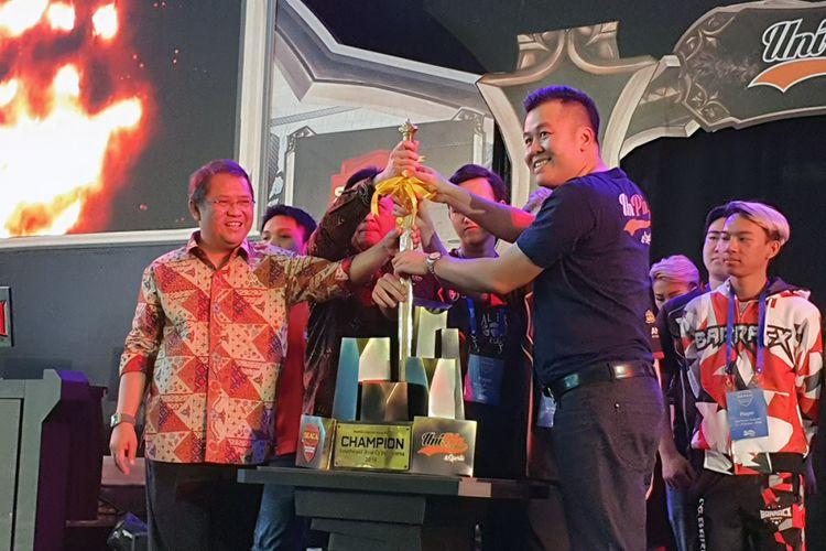 Menteri Komunikasi dan Informatika Rudiantara (kiri) meresmikan pembukaan ajang E-Sport South East Asia Cyber Arena (SEACA) di Jakarta, Rabu (17/10/2018).