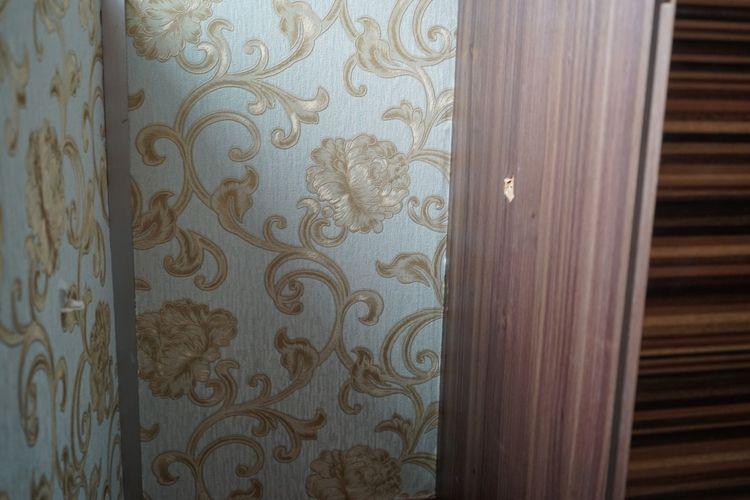 Peluru menembus dinding ruang kerja Vivi Sumantri yang terbuat dari bahan gypsum kemudian tersangkut di lemari(KOMPAS.com/KRISTIAN ERDIANTO)