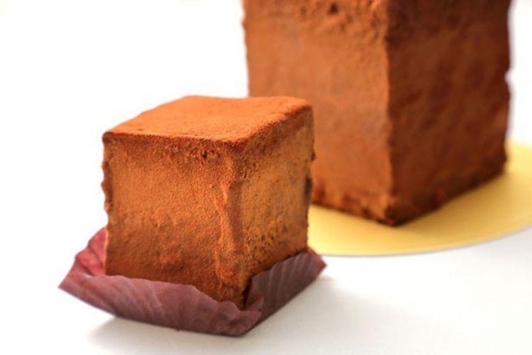 Camilan ini memakai bahan kue spons yang ringan dengan rasa lembut.