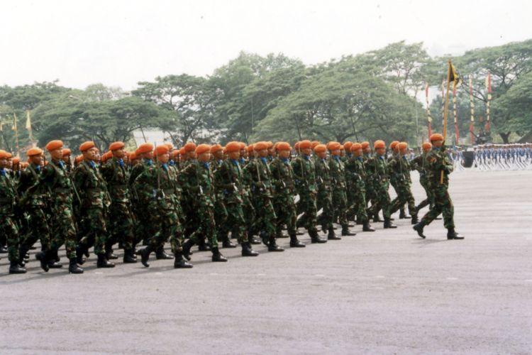 Dengan tegap, anggota Paskhas TNI-AU berbaris melewati mimpbar kehormatan di mana Presiden Soeharto dan Panglima ABRI Jenderal Try Sutrisno berada pada peringatan hari ABRI 5 Oktober 1991.