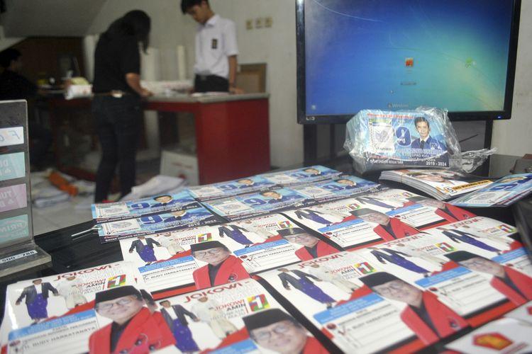Pekerja menyelesaikan pembuatan atribut kampanye calon anggota legislatif 2019 di Mohan Digital dan Photolab, Empang, Kota Bogor, Jawa Barat, Rabu (17/10/2018). Produksi atribut kampanye untuk pemilu legislatif 2019 seperti stiker, banner, poster dan baliho mengalami peningkatan hingga 50 persen sehingga pengusaha menambah waktu jam kerja untuk memenuhi tingginya pesanan ke sejumlah wilayah di Jabodetabek, Bandung hingga NTB. ANTARA FOTO/Arif Firmansyah/hp.