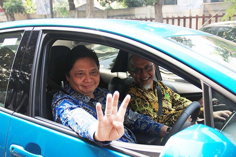 Menteri Perindustrian Airlangga Hartarto (kiri) melakukan test drive bersama Warih Andang Tjahjono Presdir PT Toyota Motor Manufacturing Indonesia (TMMIN). pada acara Kickoff Electrified Vehicle Comprehensive Study di Kementerian Perindustrian, Rabu (4/7/2018).