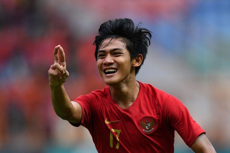 Pesepak bola Timnas Indonesia U19 Firza Andika melakukan selebrasi usai mencetak gol ke gawang Timnas Yordania U19 dalam pertandingan persahabatan di Stadion Wibawa Mukti, Cikarang Timur, Jawa Barat, Sabtu (13/10/2018). Timnas Indonesia U19 menang 3-2.