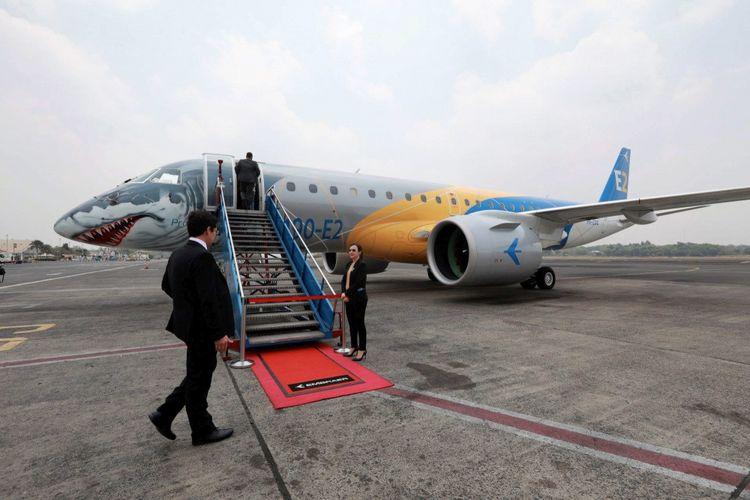 Pesawat penumpang kelas menengah berbadan ramping Embraer E190-E2 dipamerkan kepada khalayak terbatas di Bandara Halim Perdanakusumah, Jakarta Timur, Rabu (10/10/2018). Pesawat produksi industri penerbangan Embraer asal Brasil yang menggunakan sepasang mesin jet Pratt & Whitney tersebut mampu memuat 114 penumpang kelas ekonomi. Pesawat seharga 53,6 juta dollar tersebut tengah menjajaki potensi pasar maskapai nasional.