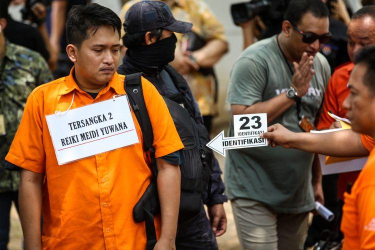 Kepolisian melakukan rekonstruksi kasus peluru nyasar di Gedung DPR RI di Lapangan Tembak Senayan, Gelora, Tanah Abang, Jakarta Pusat, Jumat (19/10/2018). Diberitakan sebelumnya, polisi menetapkan I (32) dan R (34) sebagai tersangka dalam kasus ini. Mereka ditangkap usai berlatih menembak di lapangan tembak Senayan pada Senin (15/10/2018).