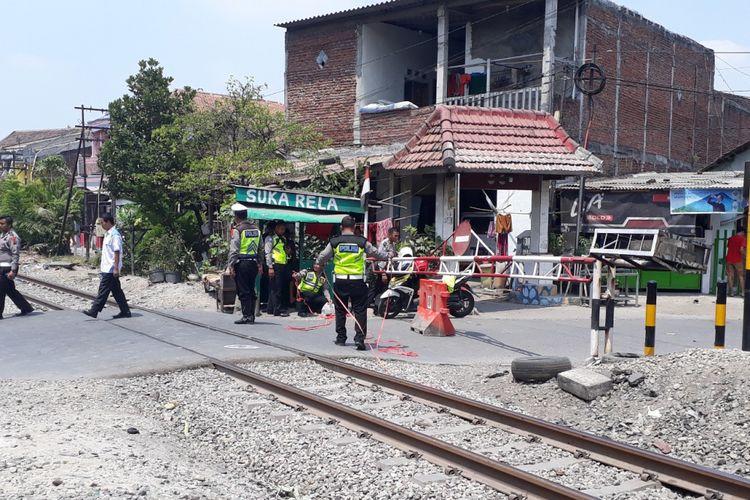 Olah TKP kecelakaan KA Sritanjung versus Pajero di perlintasan Jalan Pagesangan Surabaya