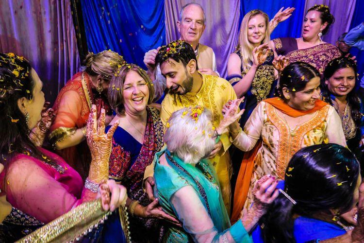 Turis mengikuti pesta pernikahan di India