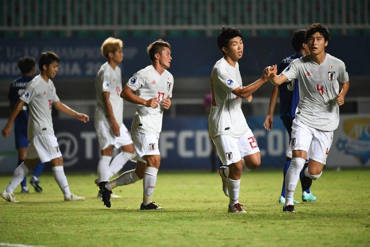 Para pemain Timnas U-19 Jepang merayakan gol ke gawang Thailand pada pertandingan Piala Asia U-19 2018 di Stadion Pakansari, 22 Oktober 2018.