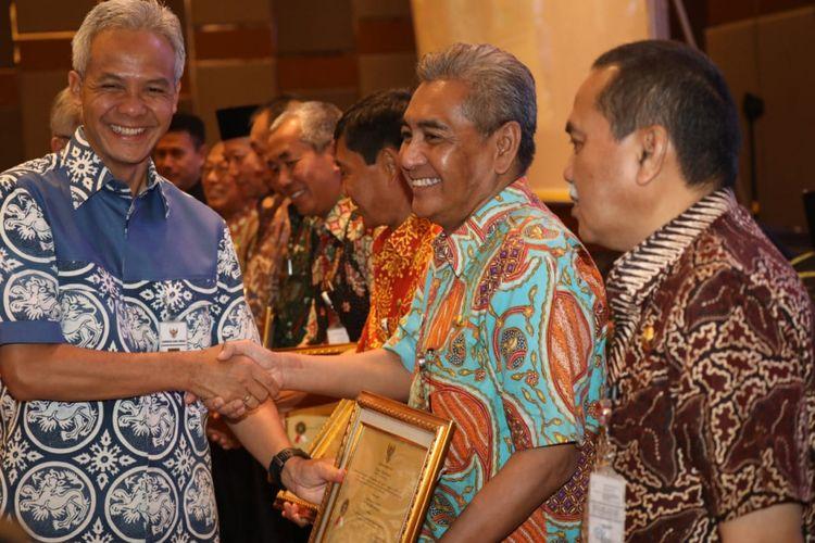 Gubernur Jawa Tengah Ganjar Pranowo memberikan penghargaan pada OPD dan Pemkab/Pemkot dengan kinerja baik pada acara Gelar Pengawasan Daerah Provinsi Jawa Tengah Tahun 2018, di Alana Hotel, Karanganyar, Rabu (24/10/2018).