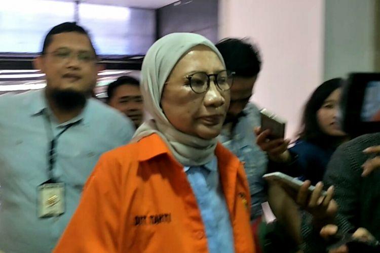 Tersangka kasus penyebaran berita bohong atau hoaks Ratna Sarumpaet berjalan meninggalkan Direktorat Tahanan dan Barang Bukti Polda Metro Jaya, Jumat (26/10/2018).