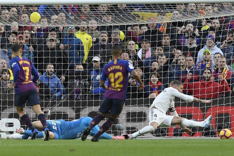 Sergio Ramos gagal menghadang bola tendangan Philippe Coutinho pada laga Barcelona vs Real Madrid dalam pertandingan bertajuk El Clasico di Stadion Camp Nou, 28 Oktober 2018.