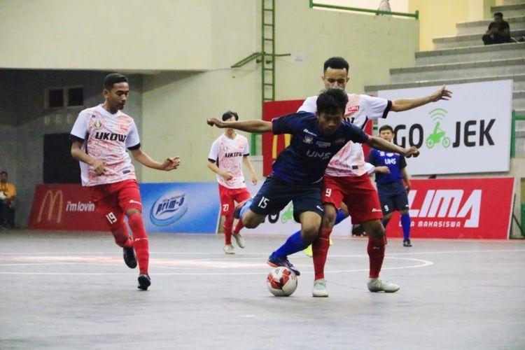 Tim putra Universitas Sebelas Maret Surakarta (UNS) dan Univ. Kristen Duta Wacana (UKDW) Yogyakarta membuka persaingan di Pul A LIMA Futsal: Kaskus Central Java and Special Region of Yogyakarta Conference 2018 dengan berbagi angka.