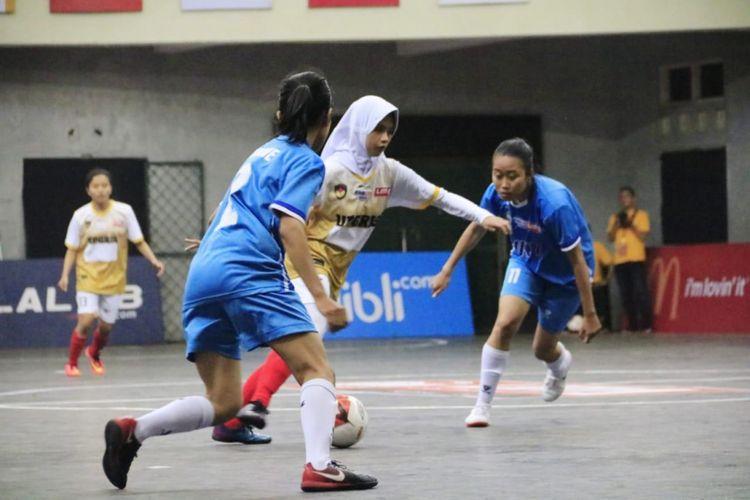 Sementara dari sektor putri,  Universitas Negeri Yogyakarta (UNY) membuat pembukaan menawan dengan mengalahkan Univ. PGRI Semarang (UPGRIS) dalam laga yang melibatkan banyak gol ini.
