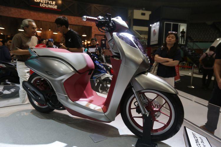 Honda skutik New Generation Scooter Concept Project G dipamerkan di acara pameran Indonesia Motorcycle Show (IMOS) 2018 di Jakarta Convention Centre, Jakarta, Kamis (1/11/2018). Pameran sepeda motor terbesar di Indonesia ini menghadirkan motor-motor keluaran baru dari berbagai merek, dan akan berlangsung hingga 4 November 2018.