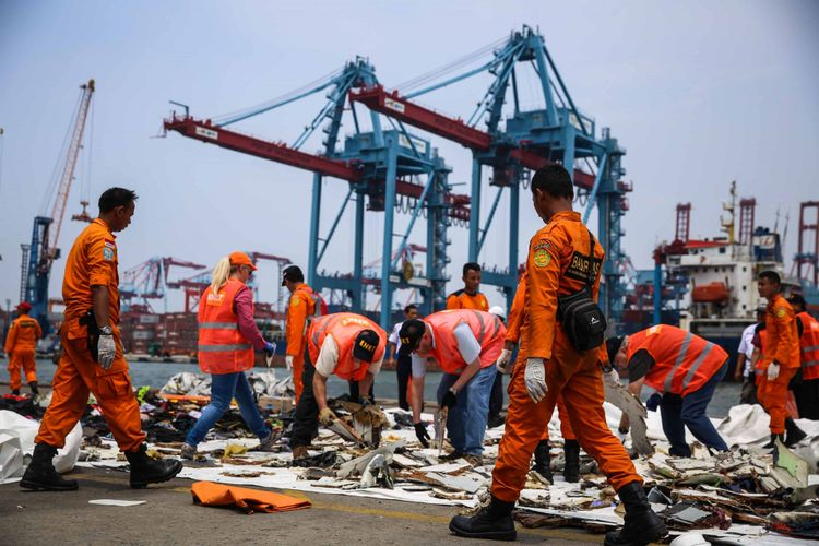 Tim dari Komite Nasional Keselamatan Transportasi melihat dan memilah barang-barang yang sudah dikumpulkan dari pesawat Lion Air JT 610 yang jatuh di perairan Karawang di JICT 2, Tanjung Priok, Jakarta Utara, Kamis (1/11/2018).